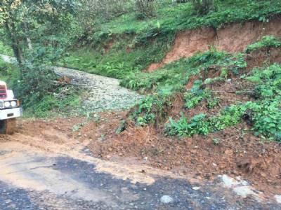 Kaşüstü Mahallemizde meydana gelen toprak kayması olaylarına, Fen İşleri ekiplerimizle müdahale ediyoruz...